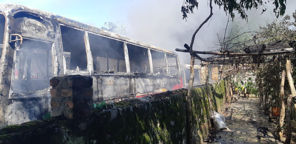 Bãi giữ xe ở Thanh Hóa cháy lớn, 6 xe chở công nhân bị thiêu rụi - Ảnh 2.