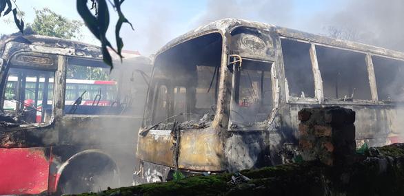 Bãi giữ xe ở Thanh Hóa cháy lớn, 6 xe chở công nhân bị thiêu rụi - Ảnh 1.