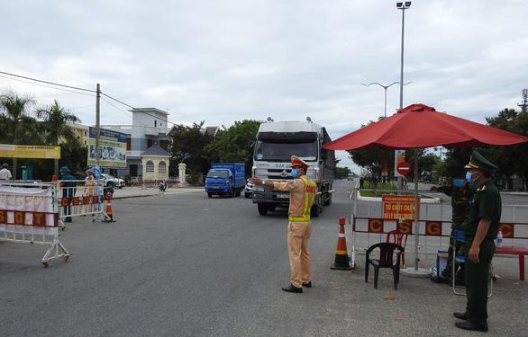 Hỗ trợ người hoàn thành cách ly rời Đà Nẵng về địa phương - Ảnh 1.
