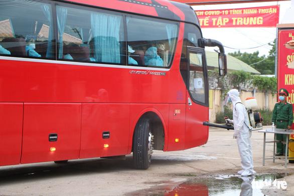 230 người từ Malaysia đã về Ninh Thuận cách ly tập trung - Ảnh 1.