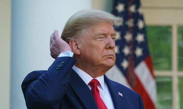Ông Trump than vòi sen yếu, ảnh hưởng tới mái tóc hoàn hảo của mình - Ảnh 1.