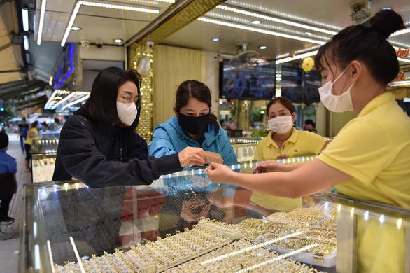Giá vàng vọt lên trên 57 triệu đồng/lượng - Ảnh 1.