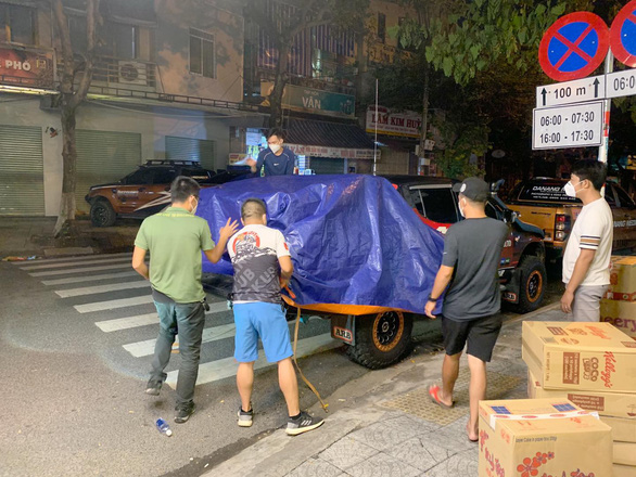 Quảng Trị gọi, Đà Nẵng đáp lời, từng đoàn xe thiện nguyện nối nhau trong đêm - Ảnh 3.