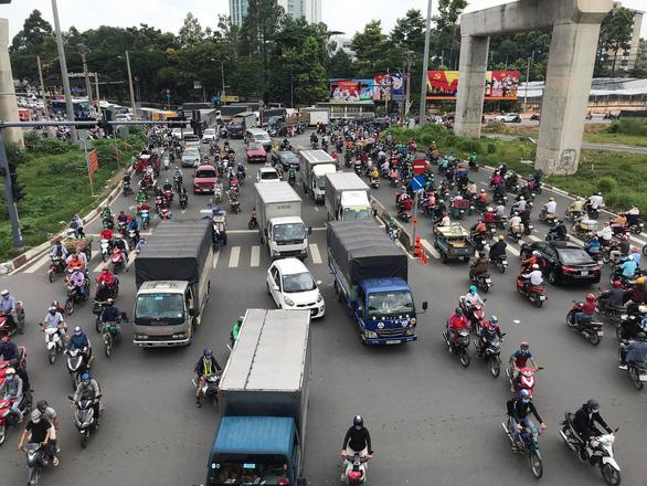 Va chạm giao thông liên hoàn, cầu vượt Thủ Đức kẹt cứng nhiều giờ - Ảnh 3.