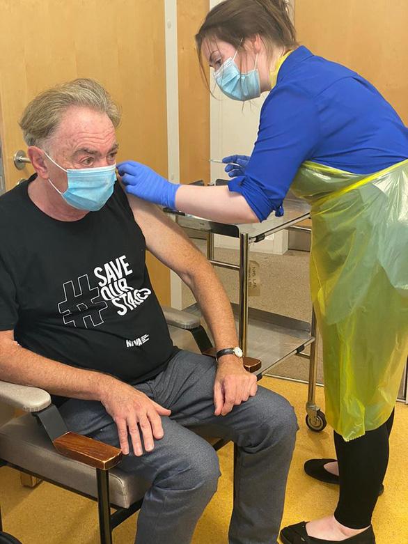 Tác giả của vở nhạc kịch Phantom of the Opera tình nguyện thử vắc xin - Ảnh 1.