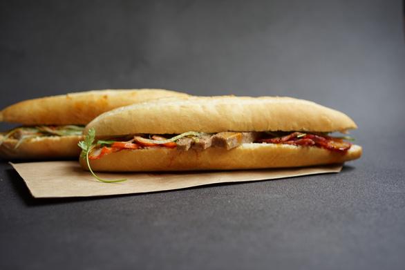 Bánh mì chảo: món lạ trong ký ức vị giác Hà Nội - Ảnh 1.