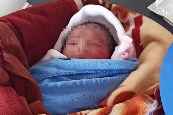 Bé gái sơ sinh bị bỏ rơi ngoài ruộng khoai qua đời sau 20 ngày nằm viện - Ảnh 1.