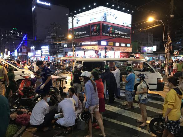Nữ tài xế húc hàng loạt xe máy 10 người bị thương khai đạp nhầm chân ga - Ảnh 1.