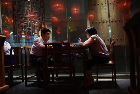 Bắt khách cân trước khi ăn, nhà hàng Trung Quốc nhận chỉ trích dữ dội - Ảnh 1.