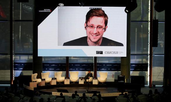 Ông Trump cân nhắc ân xá người thổi còi Edward Snowden - Ảnh 1.
