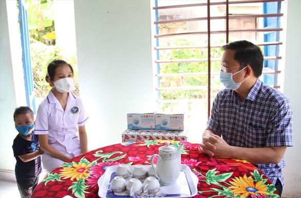 Thăm gia đình nhân viên bệnh viện làm nhiệm vụ chống dịch - Ảnh 1.
