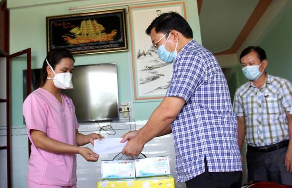 Thăm gia đình nhân viên bệnh viện làm nhiệm vụ chống dịch - Ảnh 2.
