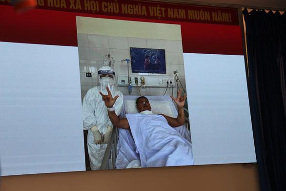 Từ cửa tử trở về, bệnh nhân COVID-19 ghi lời cảm ơn trên giường bệnh - Ảnh 3.