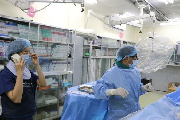 Bác sĩ Chợ Rẫy ở tâm dịch: Có đồng nghiệp chăm sóc ba rồi, tôi yên tâm ở lại cứu người - Ảnh 2.