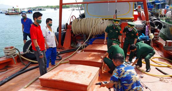 Bắt tàu chở 150.000 lít dầu không có giấy tờ - Ảnh 1.
