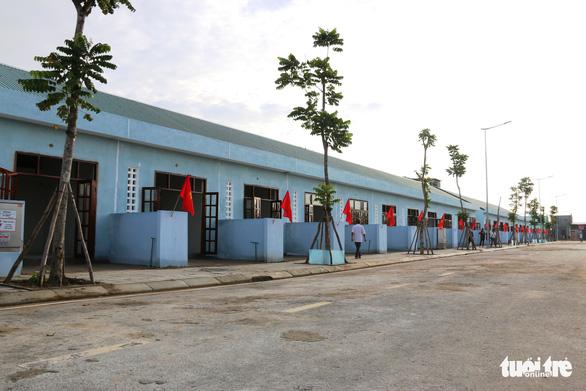 Bí thư và chủ tịch tỉnh trao chìa khóa nhà mới tận tay cho dân nghèo giải tỏa - Ảnh 4.