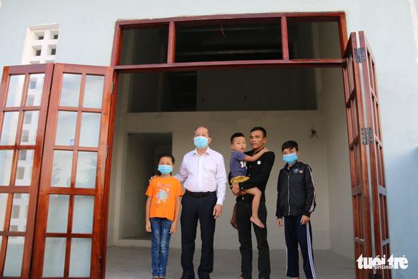 Bí thư và chủ tịch tỉnh trao chìa khóa nhà mới tận tay cho dân nghèo giải tỏa - Ảnh 2.