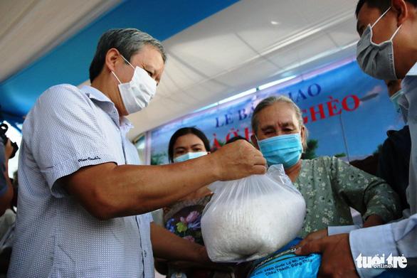 Bí thư và chủ tịch tỉnh trao chìa khóa nhà mới tận tay cho dân nghèo giải tỏa - Ảnh 3.