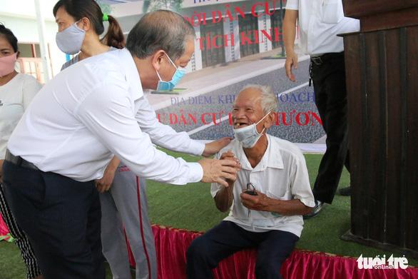 Bí thư và chủ tịch tỉnh trao chìa khóa nhà mới tận tay cho dân nghèo giải tỏa - Ảnh 1.