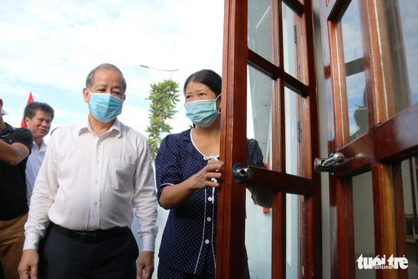 Bí thư và chủ tịch tỉnh trao chìa khóa nhà mới tận tay cho dân nghèo giải tỏa - Ảnh 6.