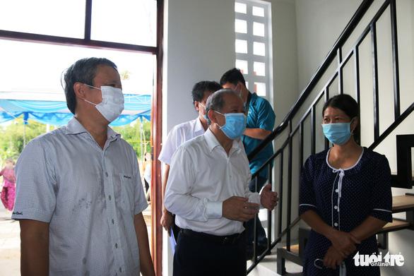 Bí thư và chủ tịch tỉnh trao chìa khóa nhà mới tận tay cho dân nghèo giải tỏa - Ảnh 7.