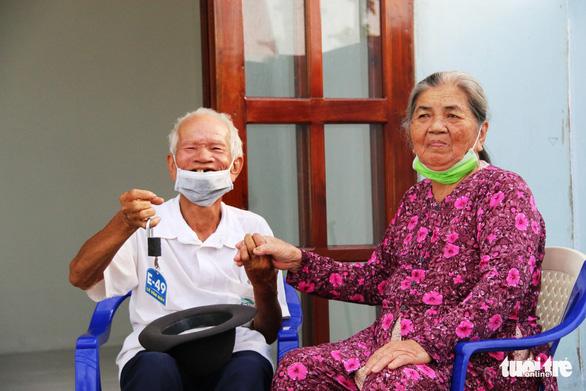 Bí thư và chủ tịch tỉnh trao chìa khóa nhà mới tận tay cho dân nghèo giải tỏa - Ảnh 8.