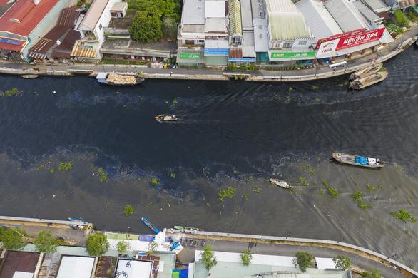 Nước sông Cái Lớn lại đen ngòm, hôi thối dù nhà máy đã ngưng hoạt động - Ảnh 1.