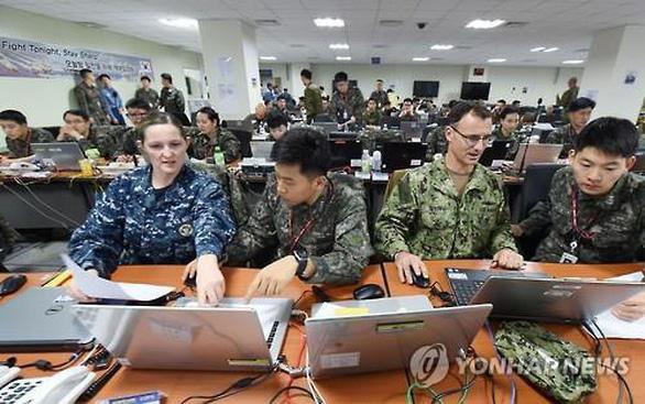 Quân nhân nhiễm COVID-19, Hàn Quốc và Mỹ lùi tập trận chung 2 ngày - Ảnh 1.