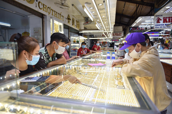Giá vàng trong nước giảm gần 900.000 đồng/lượng ngày đầu tuần - Ảnh 1.