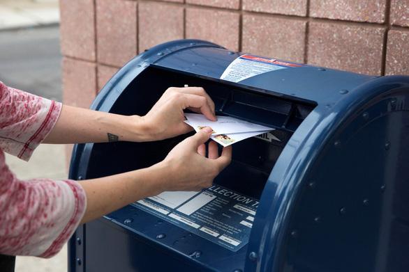 Bỏ phiếu qua thư hâm nóng bầu cử Mỹ - Ảnh 1.