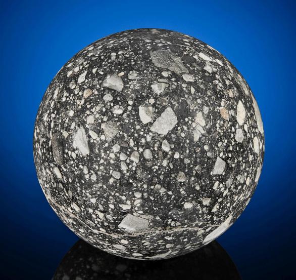 Rao bán viên đá Mặt trăng cực hiếm hình Mặt trăng - Ảnh 1.