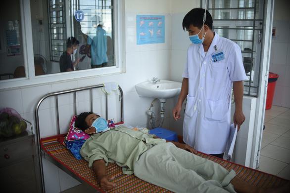 Cứu kịp thời bệnh nhân bị tôn cắt vào vùng cổ, đứt gần hết khí quản - Ảnh 1.