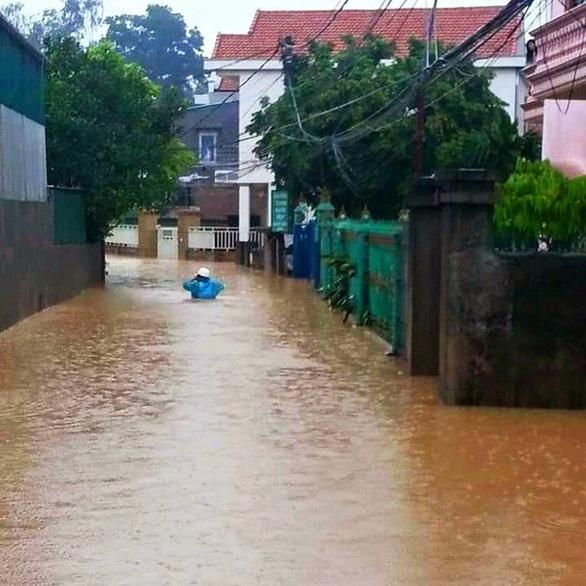 Nhiều nơi tại Quảng Ninh ngập cả mét vì mưa lớn - Ảnh 5.