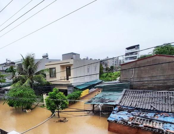 Nhiều nơi tại Quảng Ninh ngập cả mét vì mưa lớn - Ảnh 1.