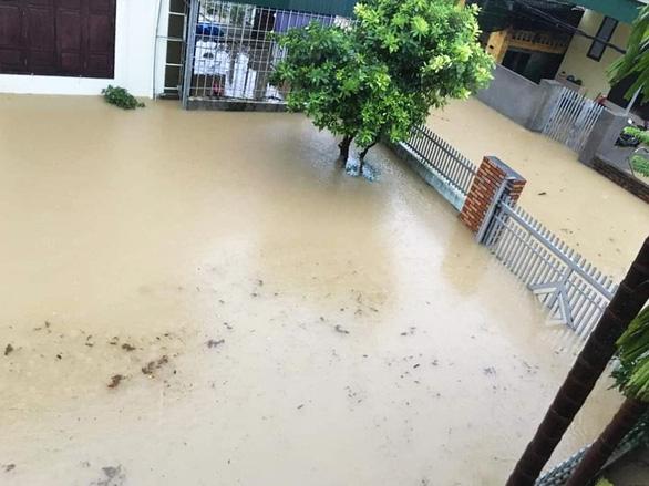 Nhiều nơi tại Quảng Ninh ngập cả mét vì mưa lớn - Ảnh 2.