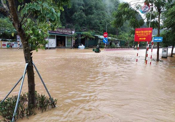 Nhiều nơi tại Quảng Ninh ngập cả mét vì mưa lớn - Ảnh 4.