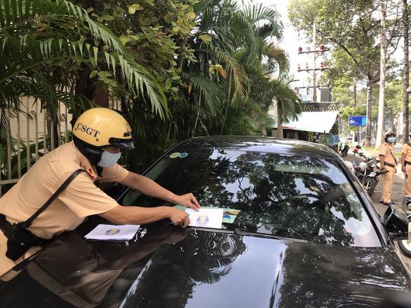 TP.HCM: xe vắng chủ vi phạm dừng, đỗ trên đường Trần Hưng Đạo bị dán phiếu, phạt nguội - Ảnh 1.
