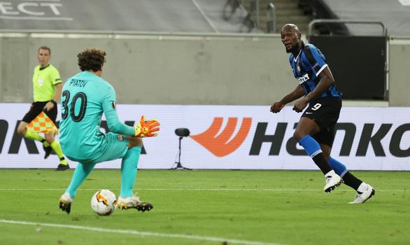 Lautaro Martinez, Lukaku cùng lập cú đúp, Inter Milan vào chung kết Europa League - Ảnh 1.
