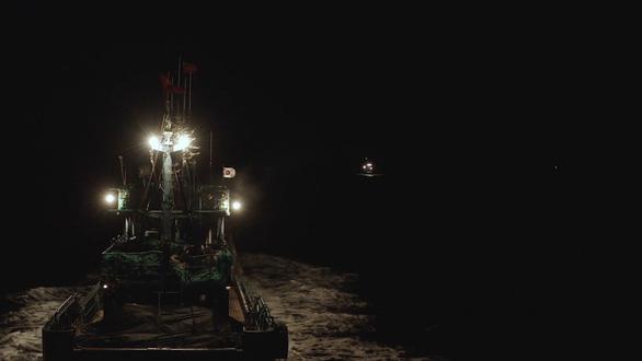 Đội tàu cá khổng lồ của Trung Quốc đang vét cạn đại dương - Ảnh 2.