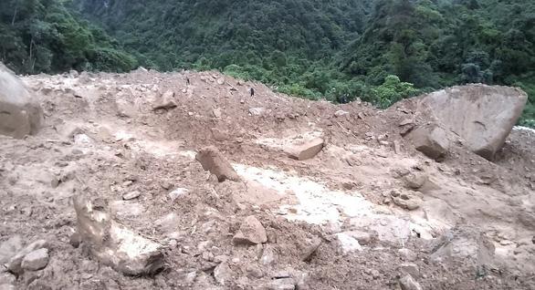 Sạt lở đất, 1 người chết, 2 người mất tích khi đi qua ngầm tràn - Ảnh 1.