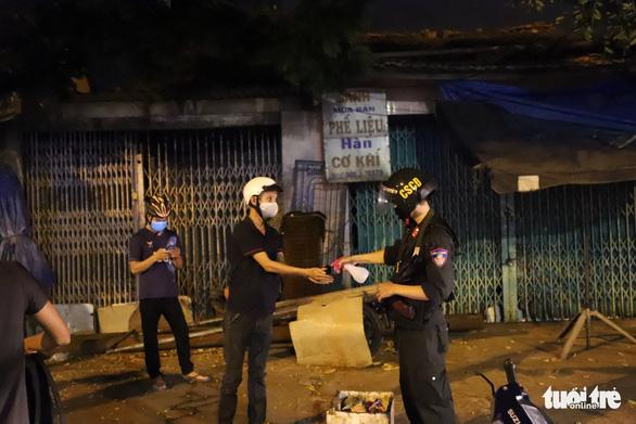 Theo chân Cảnh sát 911 Đà Nẵng tuần tra tâm dịch - Ảnh 6.