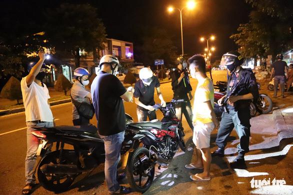 Theo chân Cảnh sát 911 Đà Nẵng tuần tra tâm dịch - Ảnh 2.