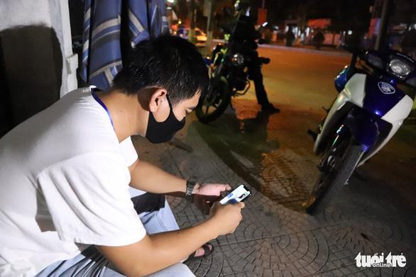 Theo chân Cảnh sát 911 Đà Nẵng tuần tra tâm dịch - Ảnh 5.