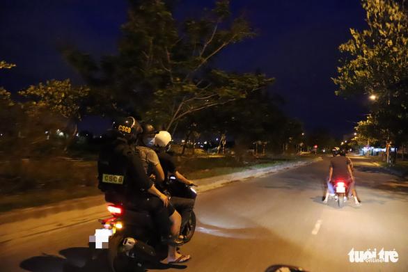 Theo chân Cảnh sát 911 Đà Nẵng tuần tra tâm dịch - Ảnh 3.