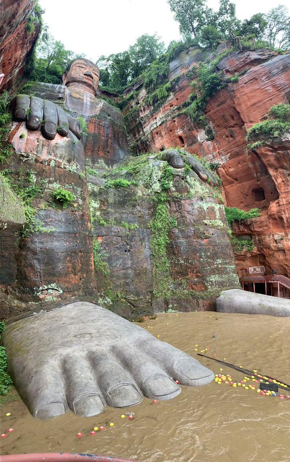 Lũ bùn đã lên tới chân tượng Phật khổng lồ 1.000 năm tuổi ở Trung Quốc - Ảnh 1.