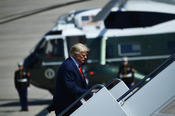 Chuyên cơ chở Tổng thống Trump suýt đâm vật thể lạ tại căn cứ không quân Mỹ - Ảnh 1.
