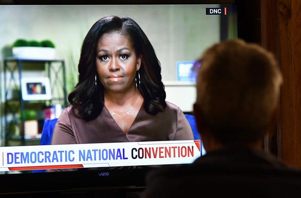 Michelle Obama cứng rắn và trực diện gọi ông Trump là tổng thống sai lầm - Ảnh 1.