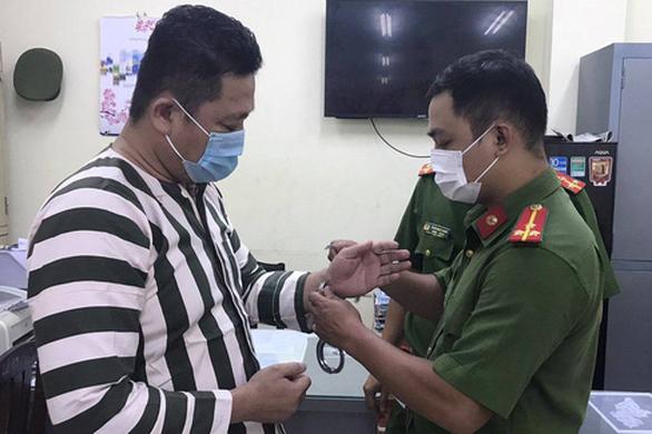 Khởi tố, bắt giam giám đốc công ty sản xuất găng tay y tế giả - Ảnh 1.
