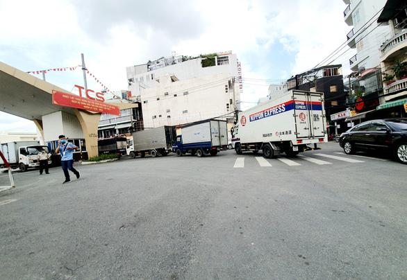 Tắc đường chở hàng hóa vào sân bay Tân Sơn Nhất, doanh nghiệp kêu cứu - Ảnh 2.