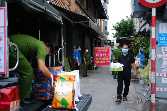 Hơn 170.000 người dân Đà Nẵng khó khăn vì dịch cần hỗ trợ lương thực - Ảnh 1.